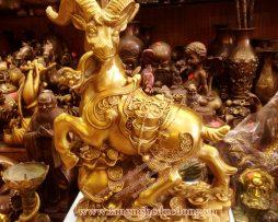langngheducdong.vn - Tượng dê đồng đứng trên đồng tiền 15cm, tượng dê đồng cao 30cm