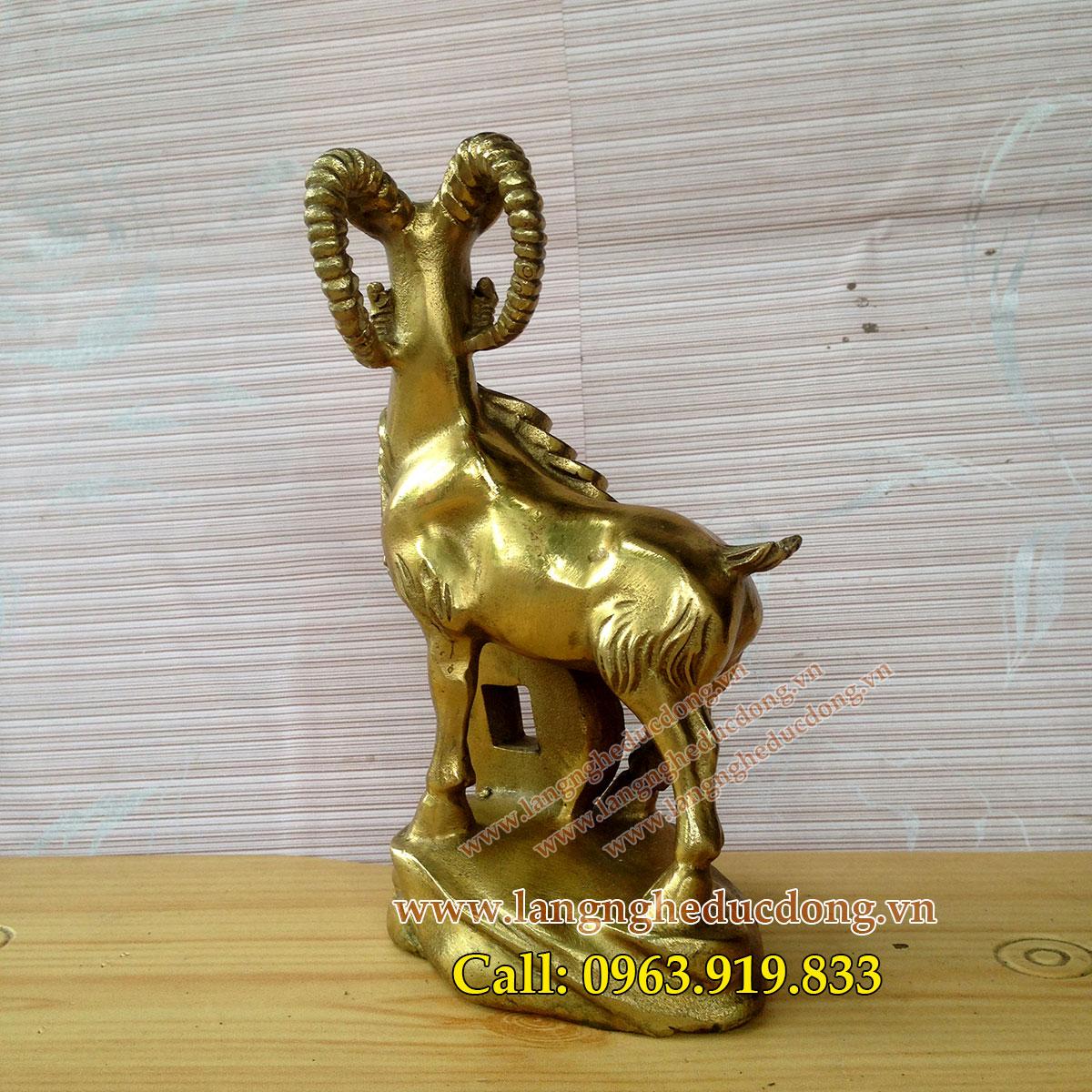 langngheducdong.vn - Tượng dê đồng phong thủy đứng ngậm tiền 15cm, dê bằng đồng