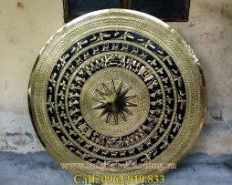 Mặt trống được chế tác theo dòng trống đồng Ngọc Lũ, là mặt đầy đủ và đẹp nhất của dòng trống đồng đông sơn.